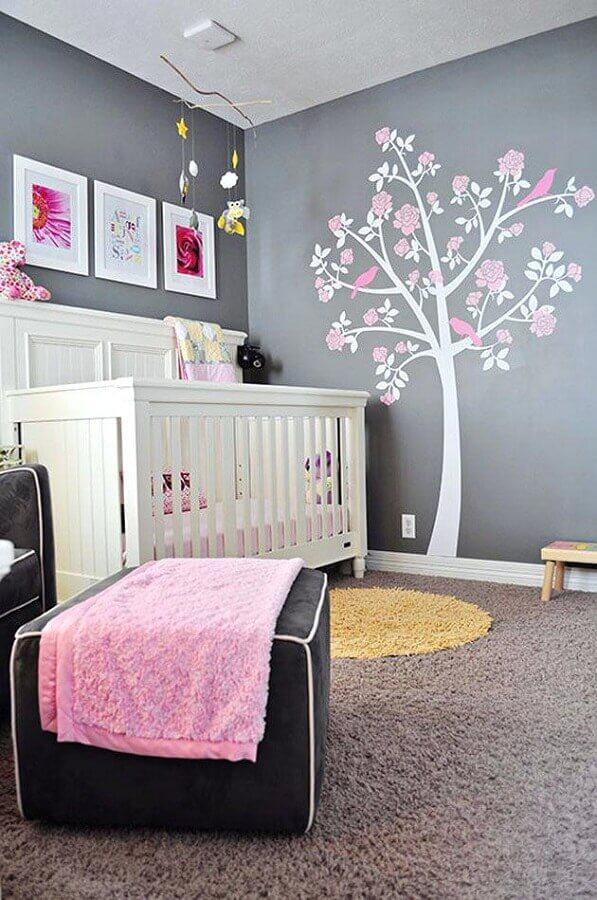 decoração com adesivos para quarto de bebê cinza e rosa Foto Apartment Therapy