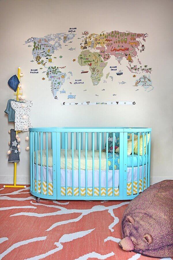 decoração com adesivos para quarto de bebê com desenho de mapa e berço azul turquesa Foto Circu Magical Furniture