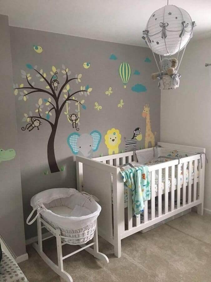 decoração com adesivos para quarto de bebê com parede cinza Foto David Setyawan