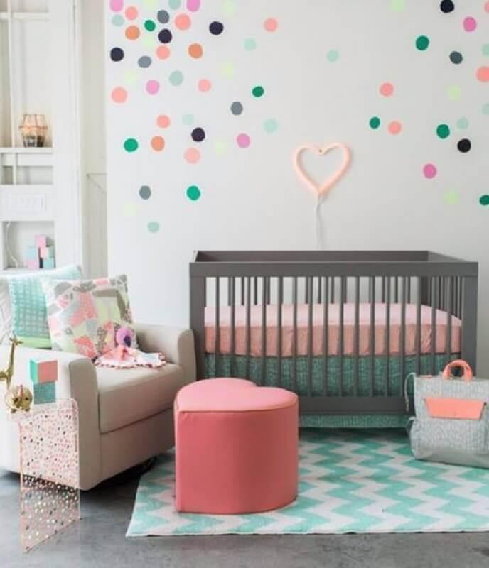 decoração com adesivos para quarto de bebê com puff em formato de coração e berço cinza Foto Revista VD