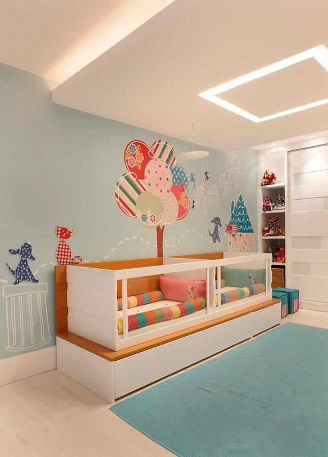 decoração com adesivos para quarto de bebê gêmeos com berço planejado Foto Nayara Macedo
