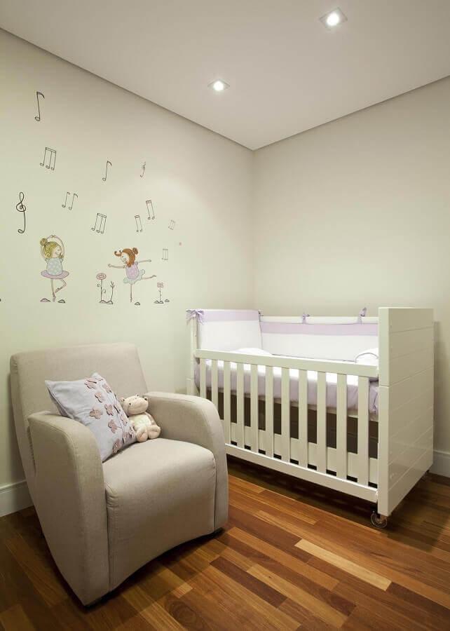 decoração com adesivos para quarto de bebê simples Foto Martinhão Neves Arquitetos