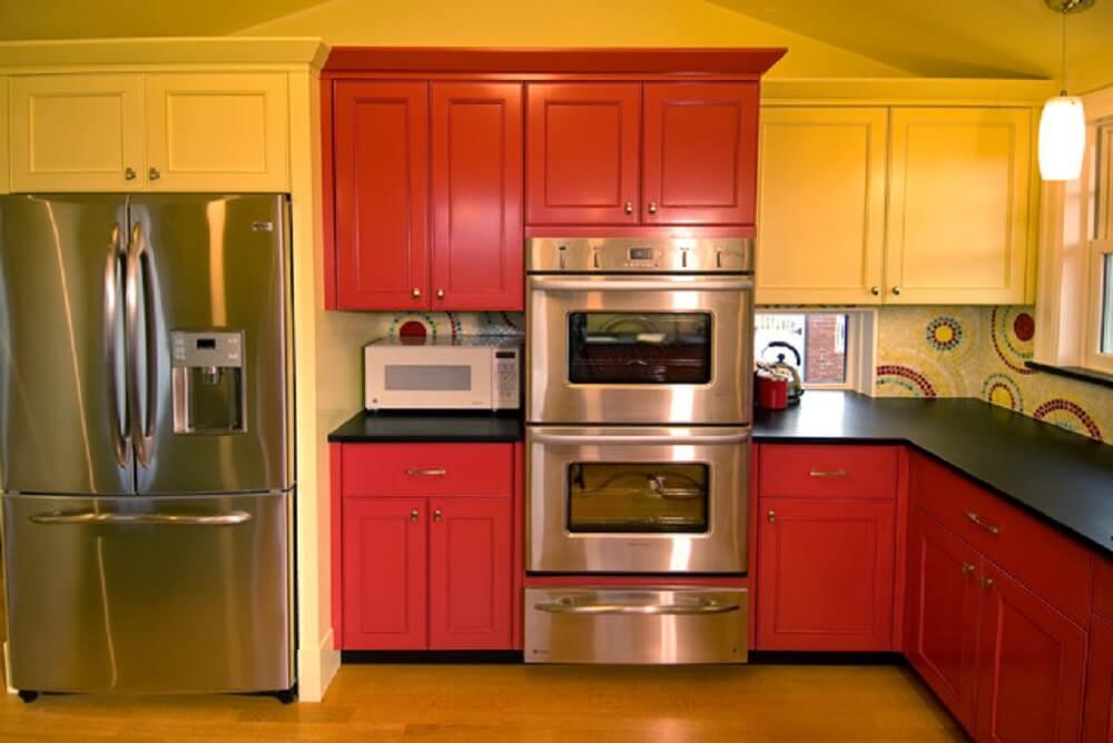 Decoração de cozinha vermelha e amarela.