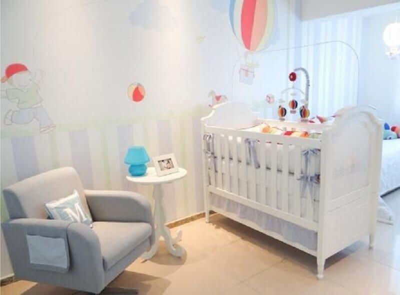 delicada decoração com adesivos para quarto de bebê com balões coloridos Foto Revista VD
