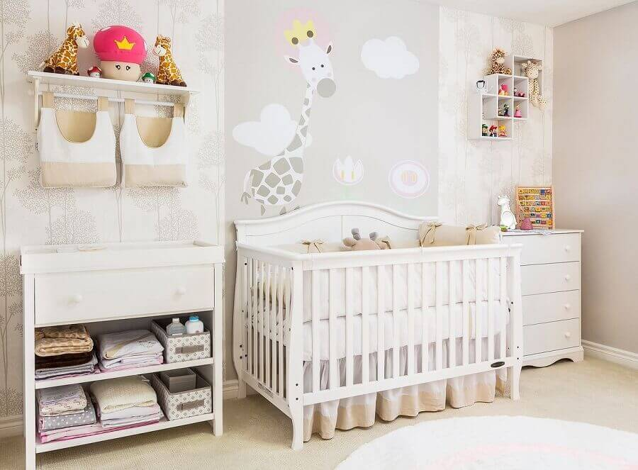 delicada decorada com adesivos para quarto de bebê todo em tons neutros Foto Andrea Bento