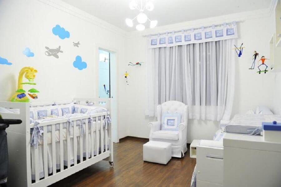 desenho de nuvens e aviões de adesivos para quarto de bebê todo branco Foto Mães Amigas