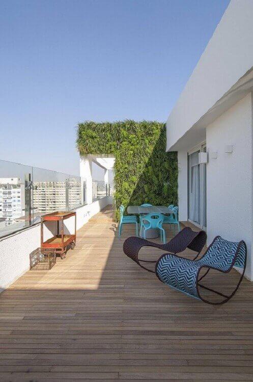 Terraço decorado com jardim vertical