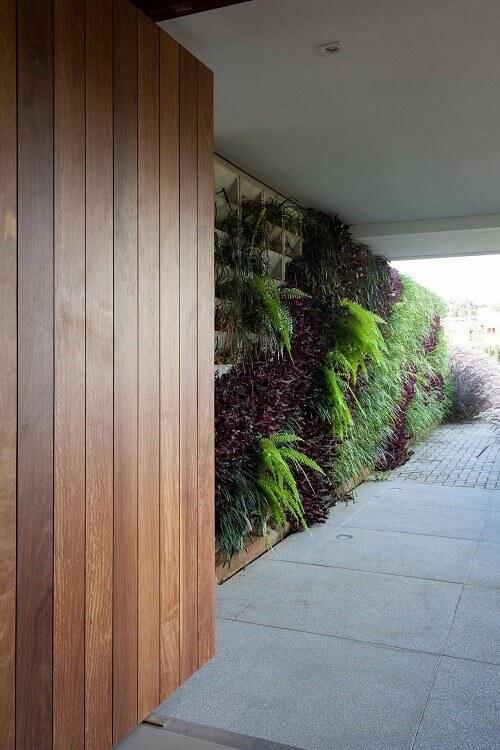 Varanda aberta com jardim vertical