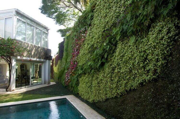 Luxuosa decoração com jardim vertical