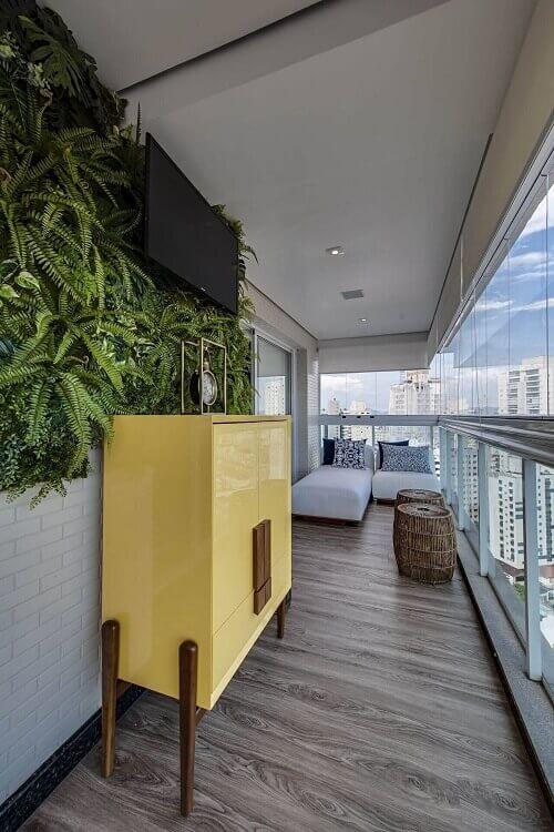 Decoração com jardim vertical pequeno