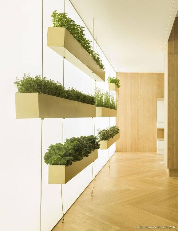 Jardim vertical com vasos suspensos