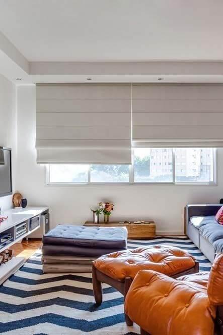 Persianas para sala de estar com tapete geométrico