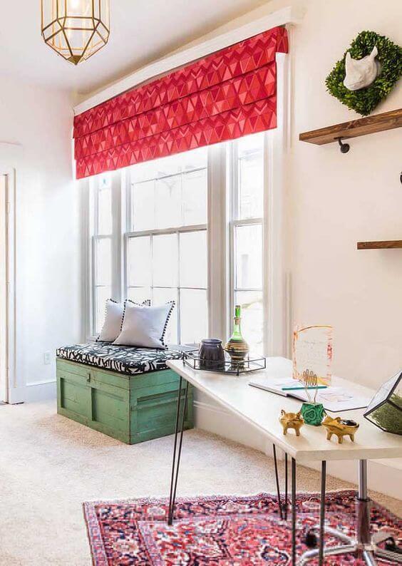 Persianas para sala de estar com detalhes em vermelho