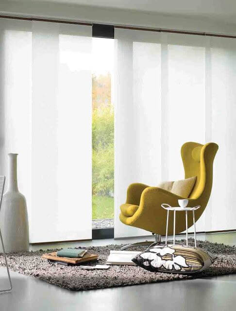 Persianas para sala de estar com poltrona amarela