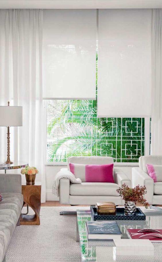 Persianas para sala de estar neutra com detalhes rosa