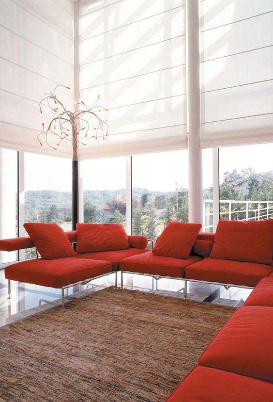 Persianas para sala de estar com sofá vermelho