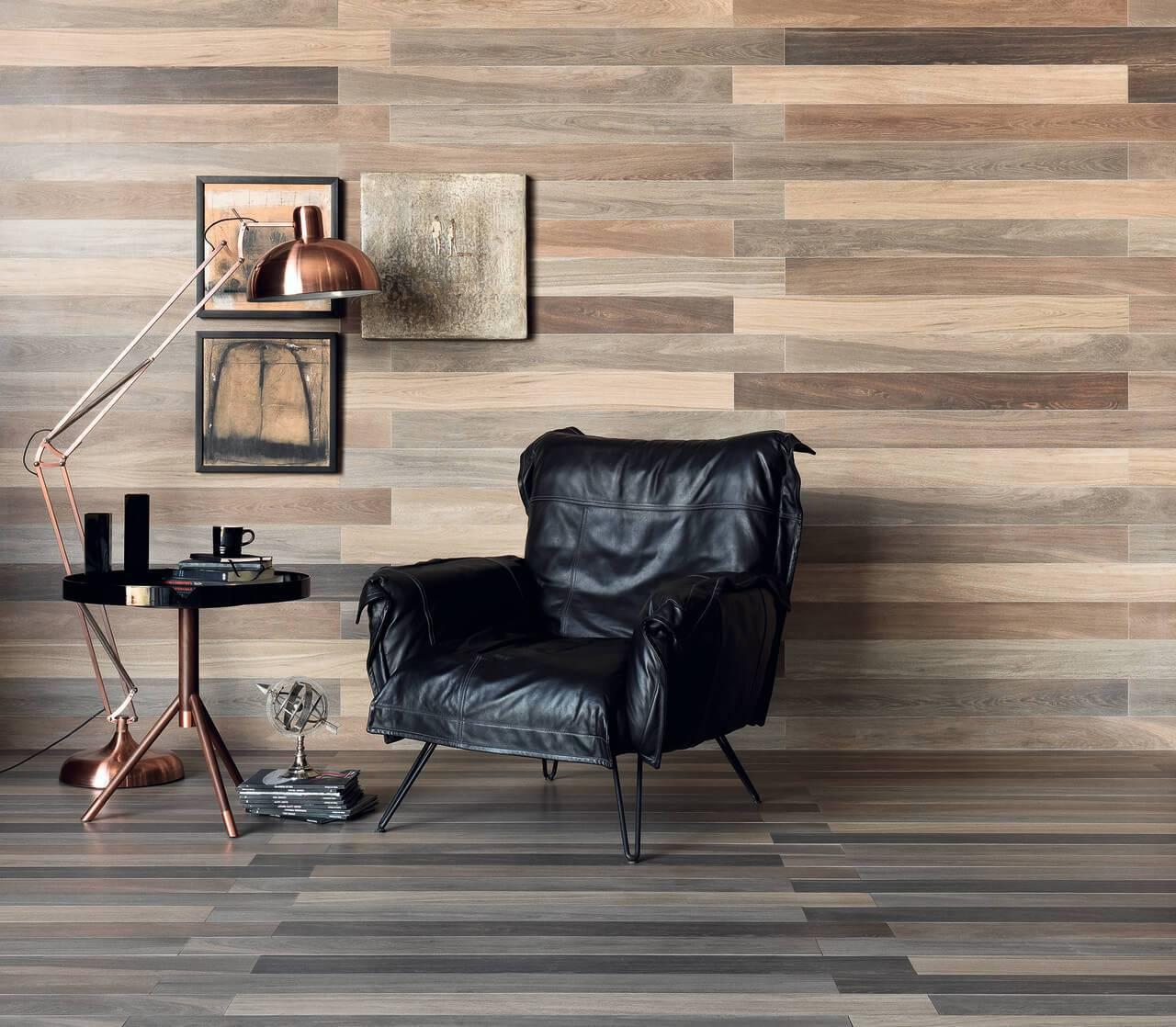 Sala com piso de madeira e parede revestida com madeira Projeto de Portobello