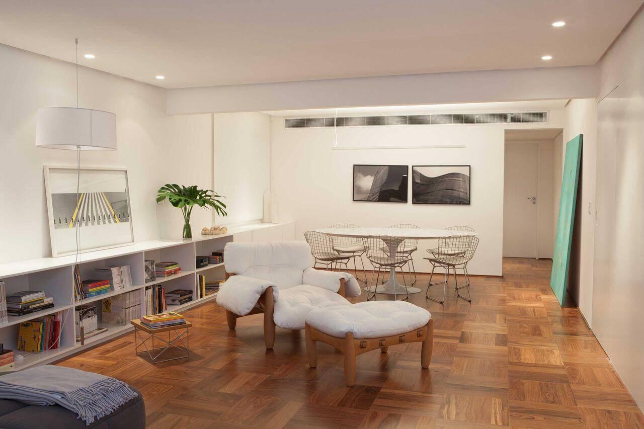 Sala integrada com piso de madeira de taco Projeto de Alexandre Dalfabbro