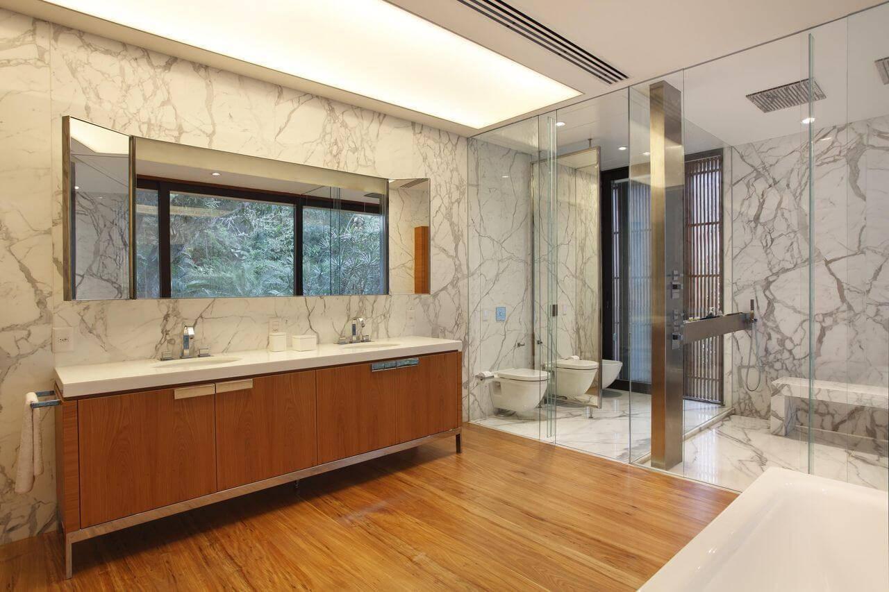 Piso de madeira na sala de banho Projeto de Gisele Taranto