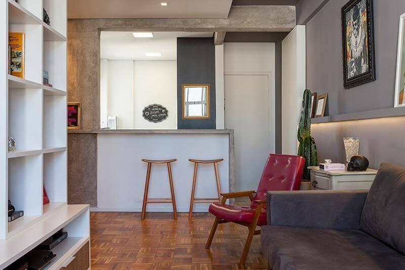 Sala de estar com piso de madeira e decoração moderna