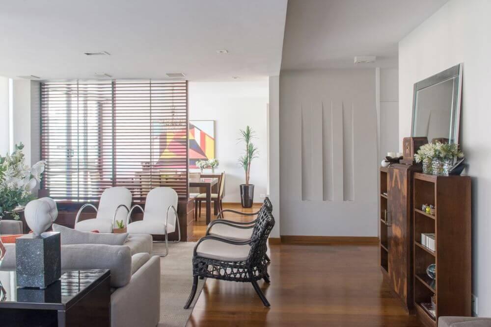 Sala de estar ampla com piso de madeira Projeto de Danyela Correa