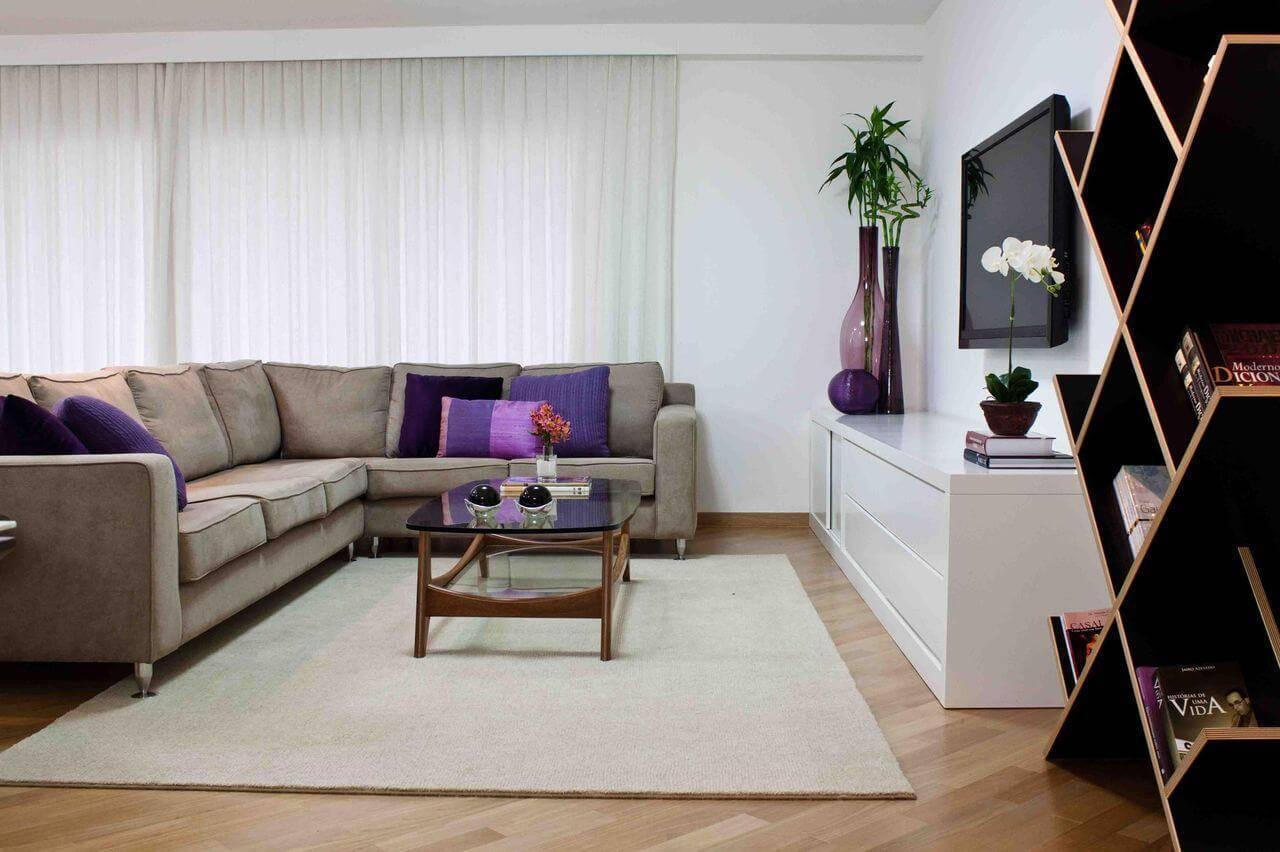 Sala de TV com piso de madeira e decoração neutra Projeto de Karen Pisacane
