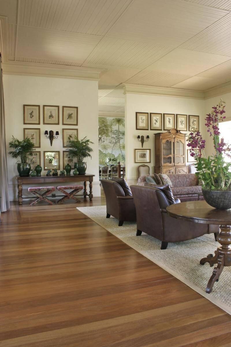 Sala de estar aconchegante com piso de madeira e tapete grande Projeto de Roberto Migotto