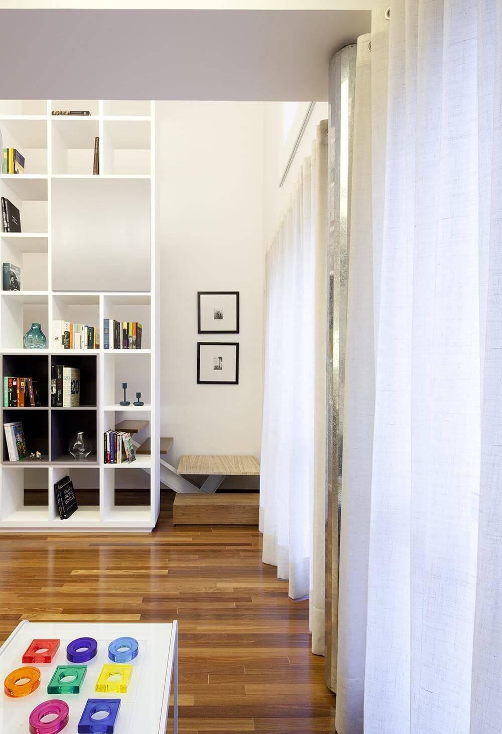 Sala de estar com piso de madeira em tons diferentes Projeto de Stuchie Leite