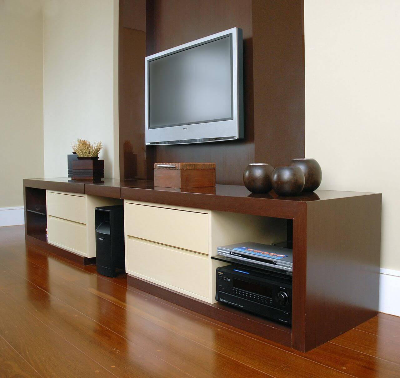 Sala com piso de madeira e rack de madeira Projeto de Sueli Porwjan