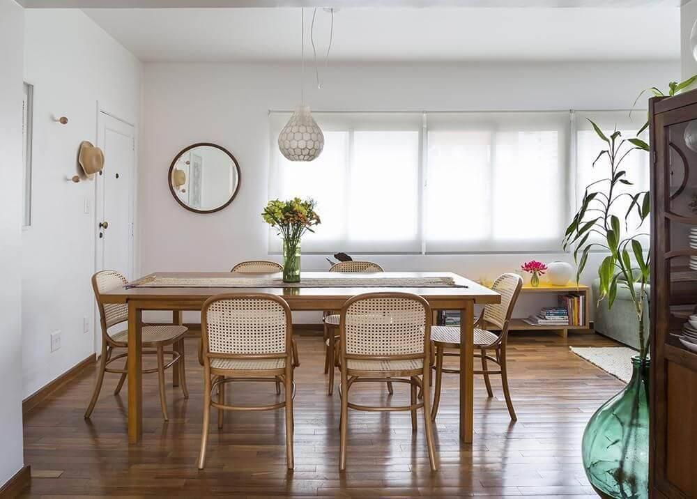 Sala de jantar com jeitinho de casa de vó e piso de madeira Projeto de Leila Dioniz