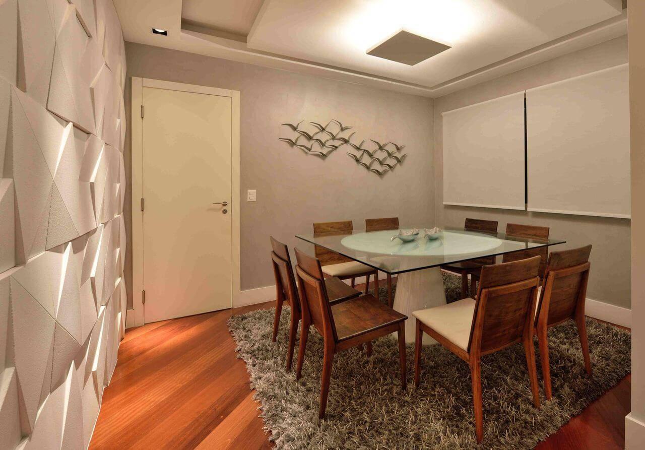 Sala de jantar com piso de madeira na diagonal e tapete felpudo Projeto de Rafael Guimarães