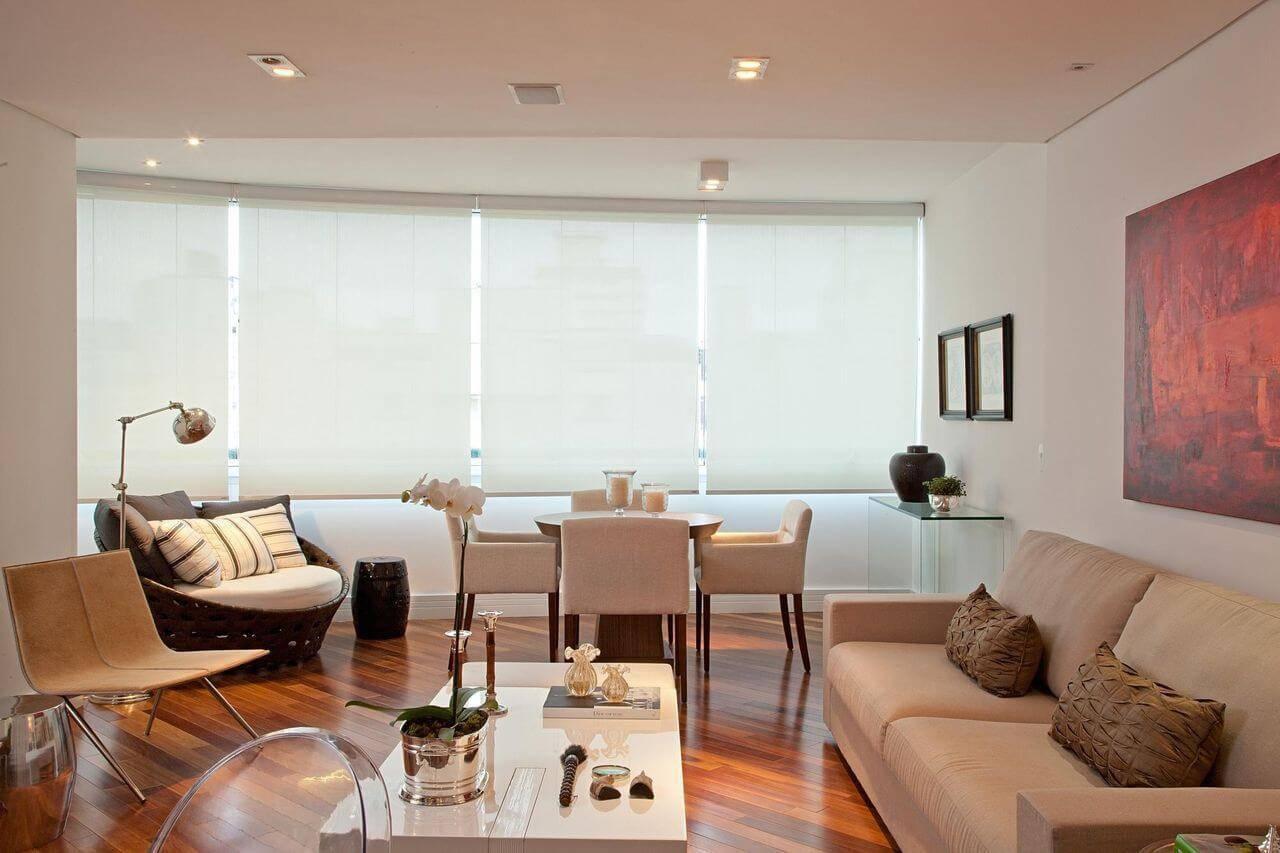 Salas de jantar e estar integradas com piso de madeira Projeto de Patricia Kolanian