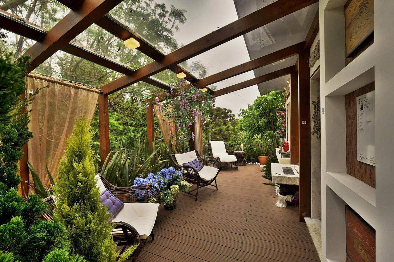 Varanda com piso de madeira e estilo rústico Projeto de Bender Arquitetura