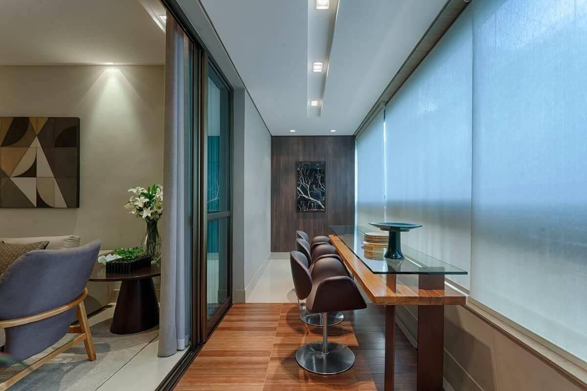 Piso de madeira com banco com base de metal Projeto de Renata Basques