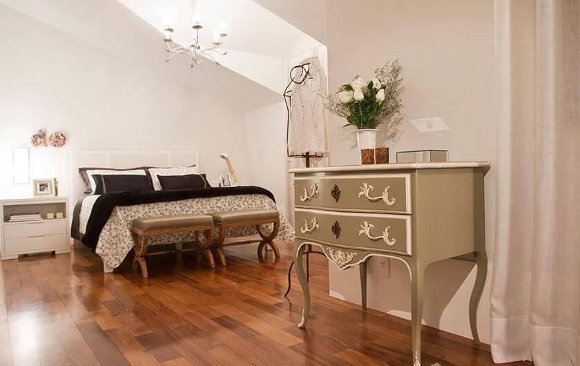 Quarto com piso de madeira e decoração mais clássica Projeto de Idalia Daudt