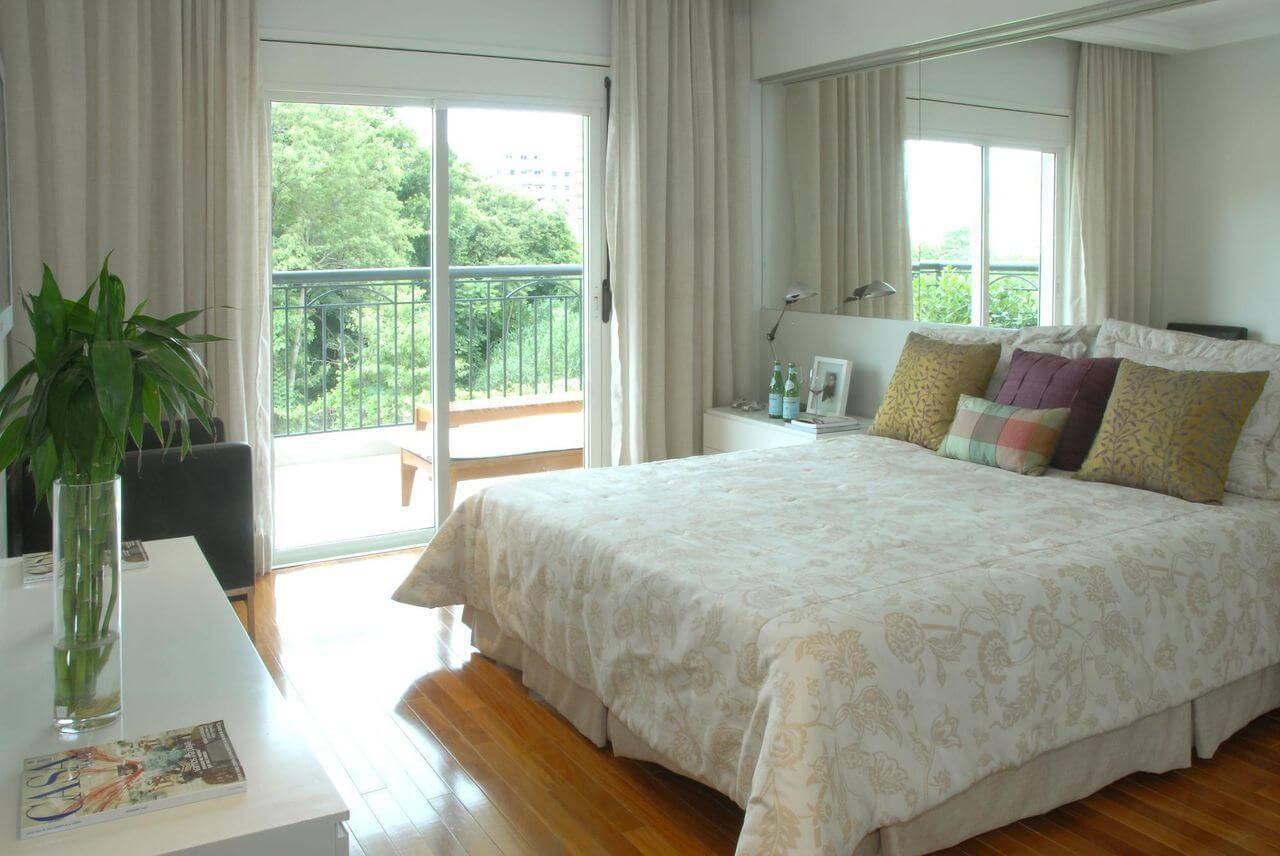 Piso de madeira no quarto de casal decorado com tons claros Projeto de Teresinha Nigri