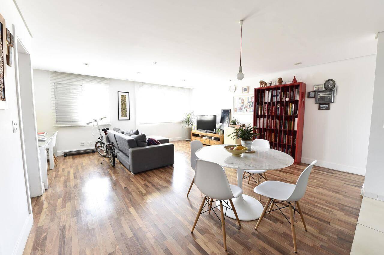 Sala integrada com piso de madeira Projeto de Carla Cuono