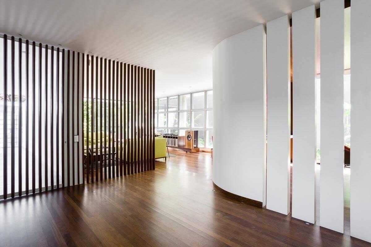Corredor com piso de madeira Projeto de Pascali Semerdjian