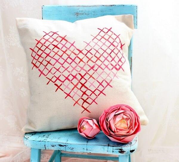 Almofada de tecido com desenho de coração para o dia dos namorados