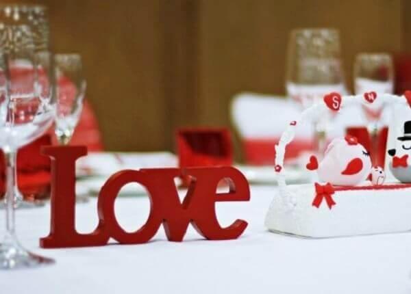 Decoração com letras em MDF para o dia dos namorados