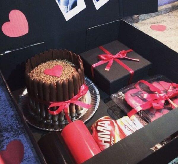 Decore uma caixa com bolo, doces e presentes para o dia dos namorados