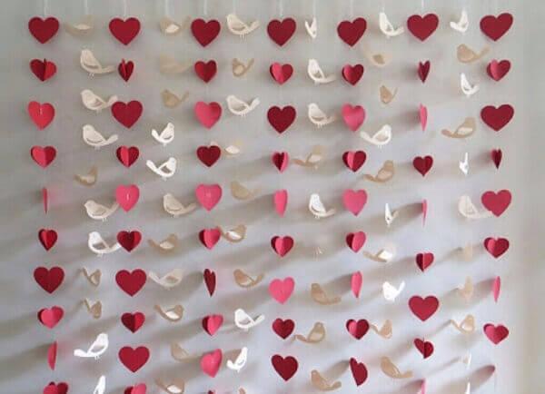 Cortina com corações e pássaros para decorar o ambiente no dia dos namorados