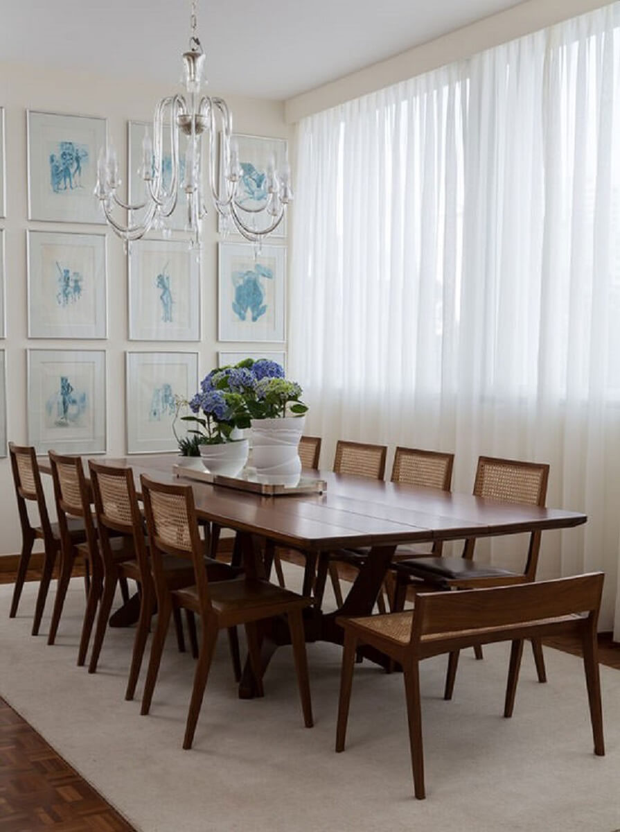 Quadros para decoração de sala de jantar com cadeiras e mesa de madeira