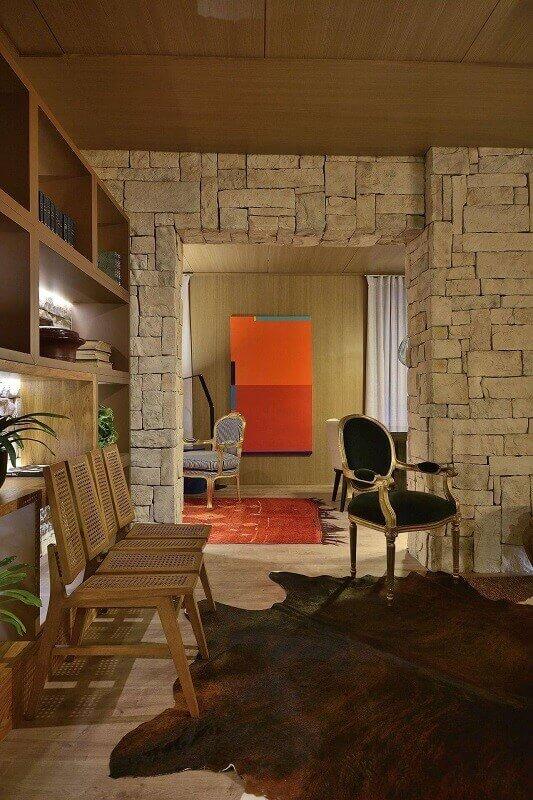 Casa de campo com parede de pedra