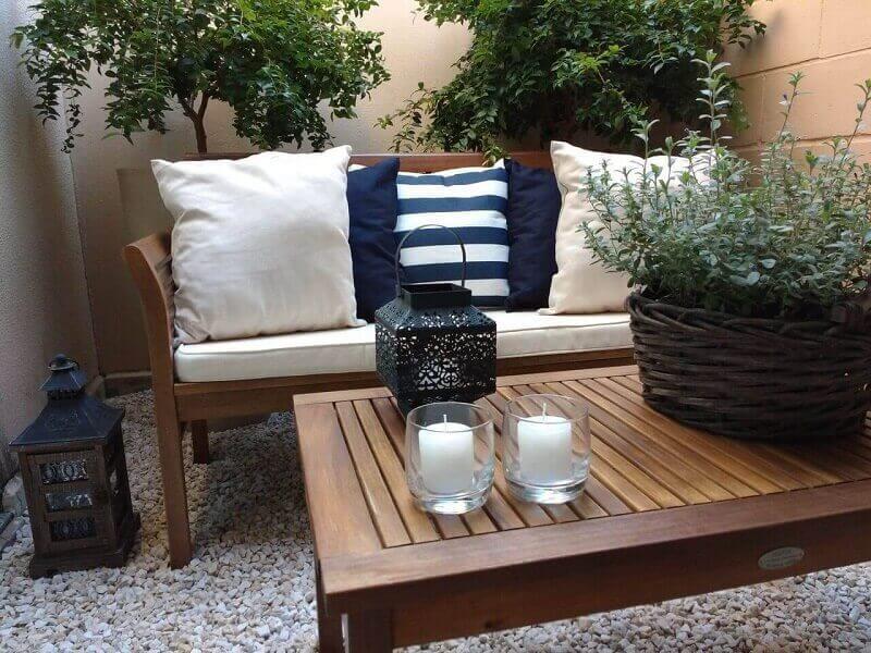 Varanda com sofá para casa de campo
