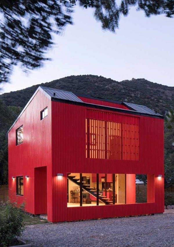 Casas de campo vermelha e moderna