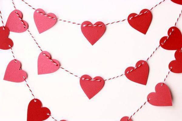 Cortina de pano em formato de corações para a decoração dia dos namorados