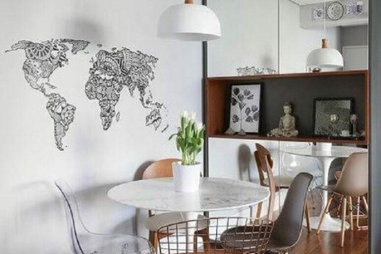 decoração minimalista para sala de jantar com cadeiras diferentes para mesa redonda