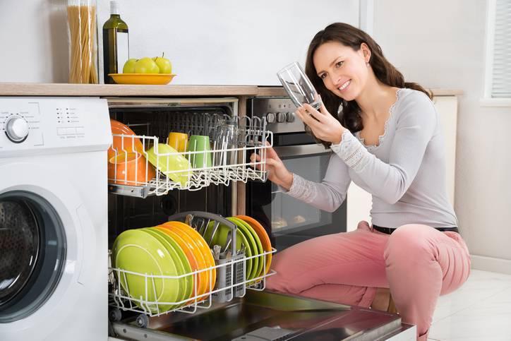 Casa dos sonhos - Mulher usa a máquina de lavar