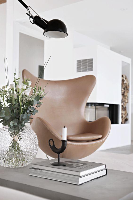 Sala de estar com poltrona egg